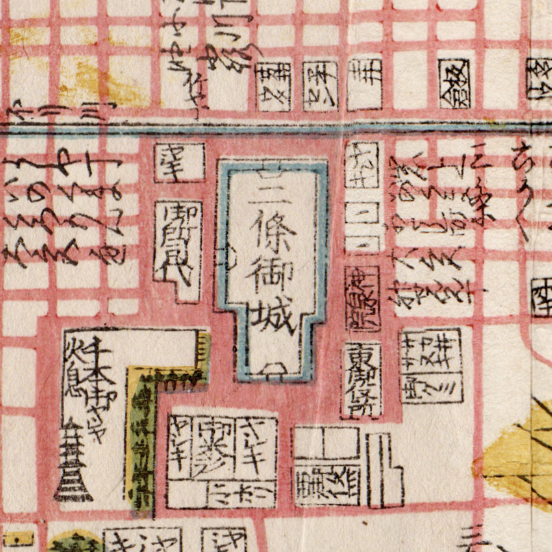 Nijo Castle was administered as imperial property in the Edo period, so it had ancillary buildings on the side, which explains why there is space there for large supermarkets like Izumiya (top left corner of the moat).