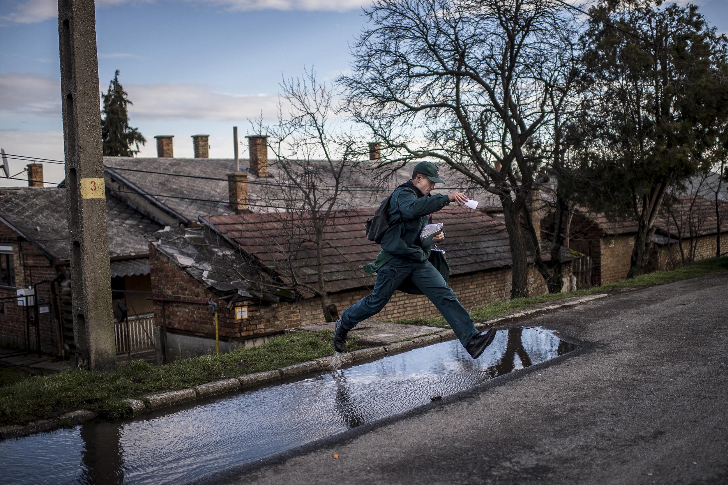 A Pictures Of the Year International első helyezett anyaga 2014-ben, A postás aki a szegénysorra kérte magát  a képre kattintva megtekinthető a POYi honlapján.
