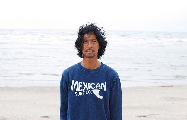 更科有哉  1977年に生まれ、北海道 札幌市で育つ。インド・マイソール KPJAYI にてSharath Joisに師事。 その高い技術と集中力から生み出されるAsana(ポーズ)は正に肉体のArtと呼ぶに相応しく、世界最高峰の巨匠 マリオ・テスティノ氏の撮影に同行。ファッション誌 VOGUE・2015年には同氏の写真集『 Sir 』にも掲載される。2009年から2018年まで8度に渡る、車での日本全国縦断 Yogaの旅《 INTO THE MIND TOUR supported by patagonia 》を敢行、大成功を収める。2010年 Sharath 氏より正式指導者資格(Authorization)を与えられ、2011年 Authorization Level 2を与えられる。  2017年には宝島社から『 男のヨガ 』を発刊。 Ashtanga Yogaで得た、インスピレーションやエネルギーをART活動に注ぎ、『 YUYA SARASHINA YOGA EXHIBITION 』を東京 丸の内で開催。写真や映像、芸術、内側と外側を旅することに重きを置く。2014年 Best of Yogi受賞。by Yoga Journal Japan 18年『 情熱大陸 』に生徒・指導者として出演し、YOGAを始めるきっかけや入口を広げている。   https://www.instagram.com/yuya67/  (Instagram)  https://www.facebook.com/yuya.sarashina  (facebook)