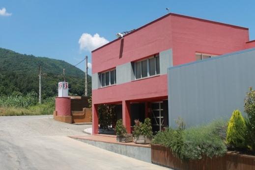 Nuestras instalaciones - Nuestras instalaciones estan ubicadas a la provincia de Girona, en la población de La Cellera de Ter. Estas incluyen nuestras oficinas y nuestra sala de despiece.