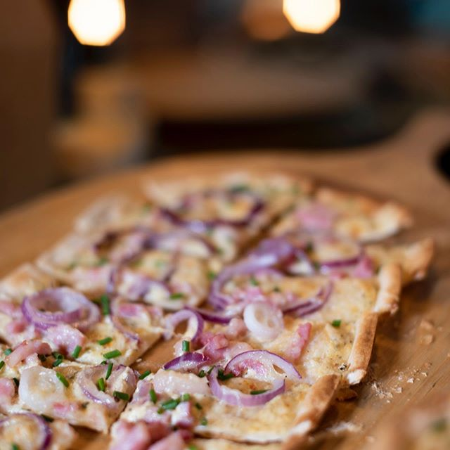 Flammkuchen classic with bacon, cheese, red onion & chive! Available at Grizzl stores ; @market33zuidas & @gelderlandplein  #foodphotography @maartenfleskens  #flammkuchen #flammkuchenliebe #bacon #cheese #redonion #chive #cremefraiche #sourcream #elzas #amsterdamfood #foodie #meat #foodporn #healthyfood #instafood #foodoftheday #food