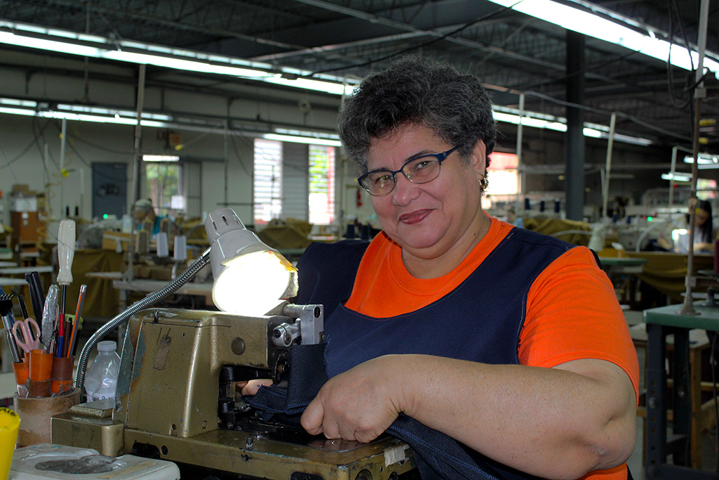 María González, de 55 años, se unió a la cooperativa para poder compensar los gastos de su hogar. (Víctor Rodríguez-Velázquez / ONCE)