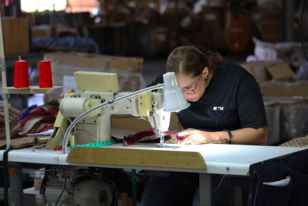 Hasta el 2017, Puerto Rico solo contaba con 5,530 operarias de máquinas de coser. (Víctor Rodríguez-Velázquez / ONCE)