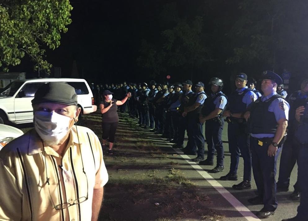 Agosto del 2017: sobre 200 oficiales de la Policía de Puerto Rico se movilizaron para garantizar el depósito de cenizas y derivados en el vertedero de Peñuelas. (dialogoupr.com)