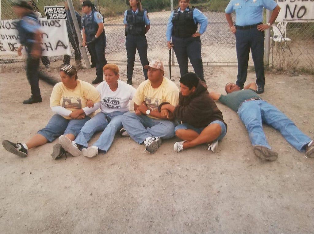Noviembre del 2008: parece que está descansando pero no. En acto de protesta contra el Gasoducto del Sur, Jimmy se acostó en el piso. (Crédito: Jimmy López / suministrada)