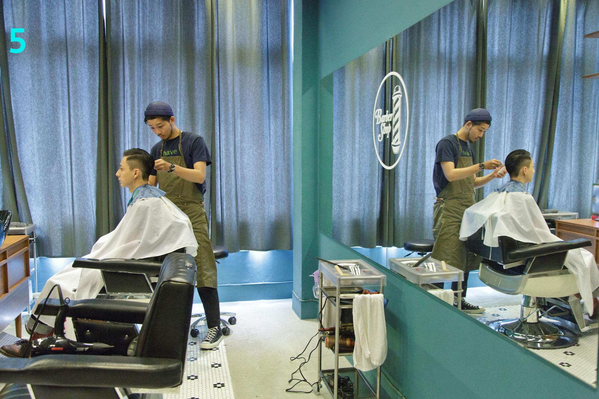 理发座椅前后皆设有镜子,剪发状况一目了然。