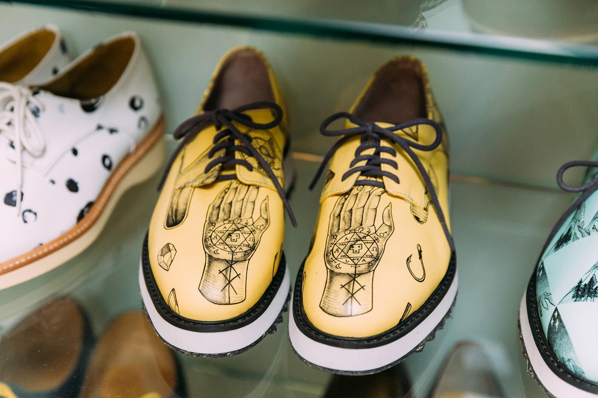 手工订制鞋在皮面材质、颜色都可自选。