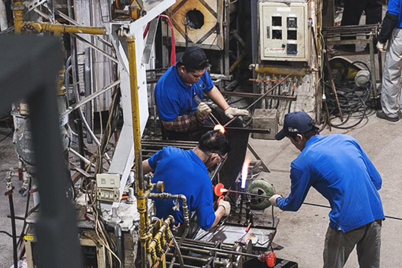 资深的师傅们在各自岗位上认真工作,环环相扣的工作区让人目睹一件玻璃制品从无到有如何成型。