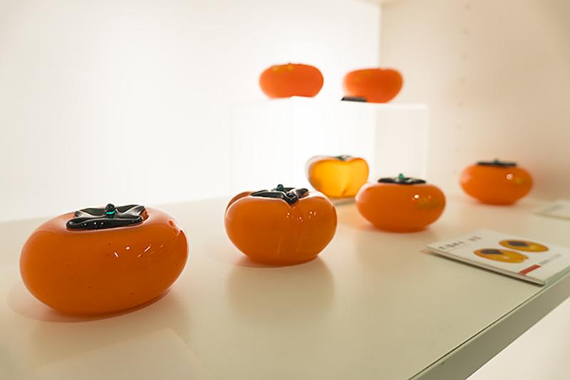 而刚才看到一颗颗被烧得橘红的玻璃柿子,最后就会出现在工厂里的玻璃艺品展售区,成为众多可以直接买回家的伴手礼之一。
