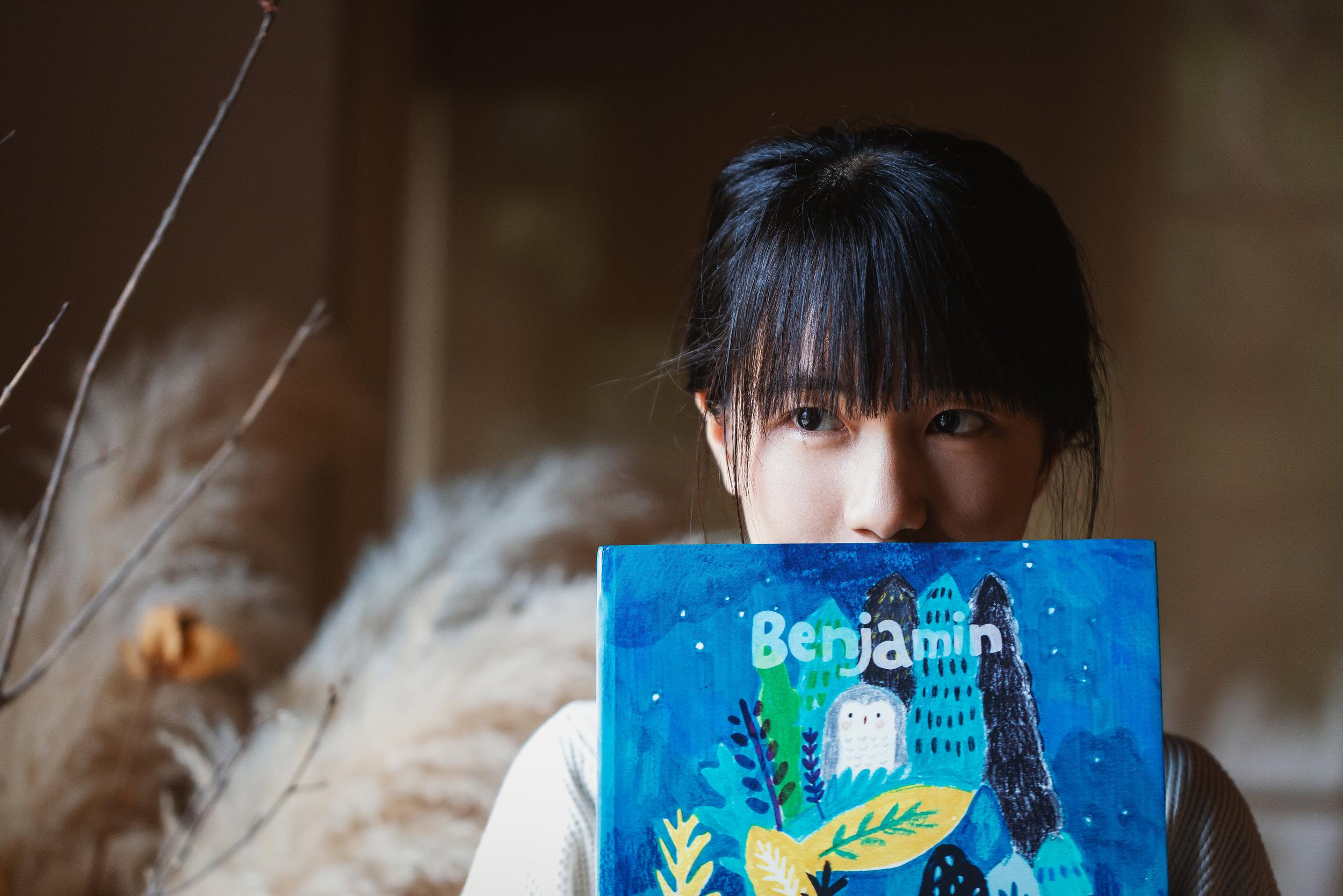 插画家李若昕毕业于台湾大雪饿大农化系、剑桥艺术学院童书插画硕士。现为插画工作者,也做绘图、版画相关的课程教学。