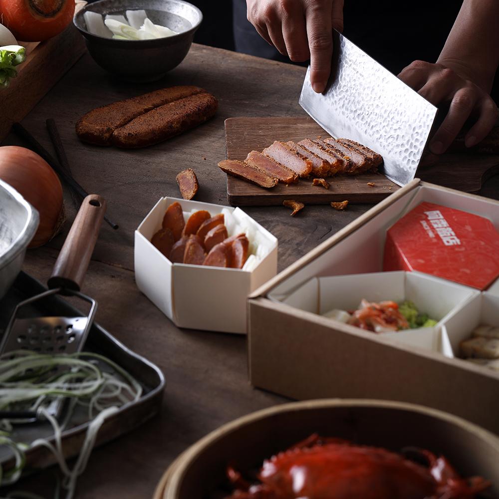 小盒分装各色小菜,呈现如定食般的质感。