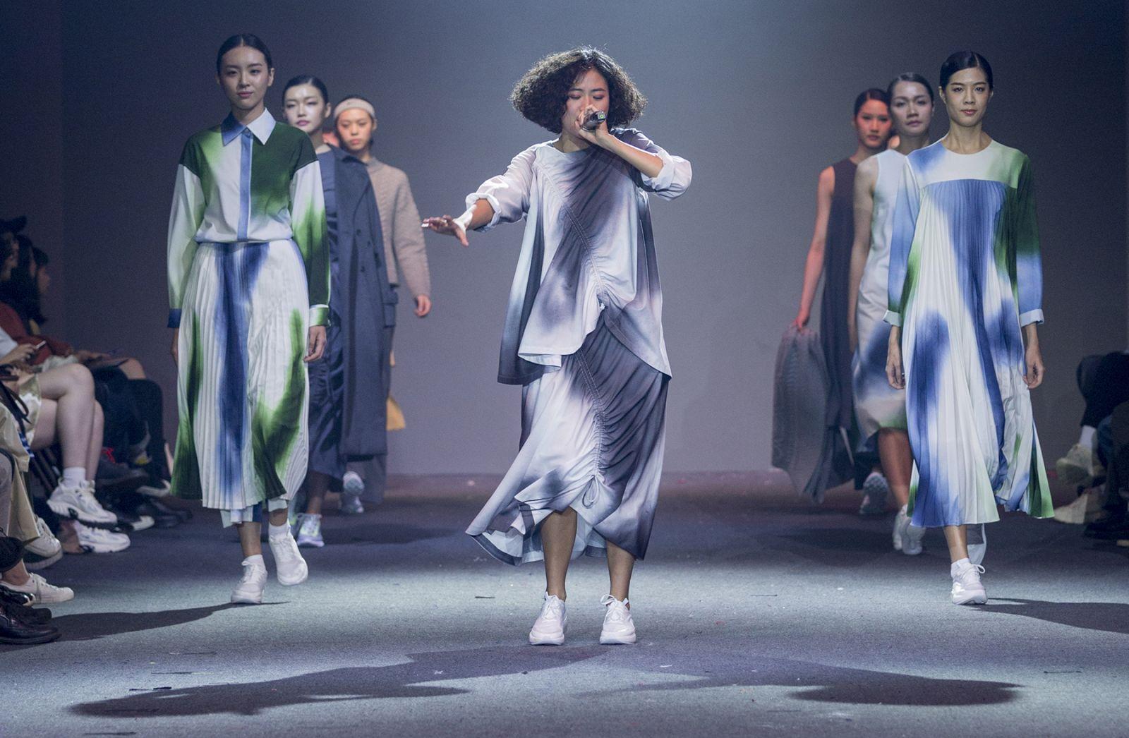 """实践大学服装设计学系力邀系友台湾爵士新女声""""9m88""""于开场前带来两首音乐表演。"""