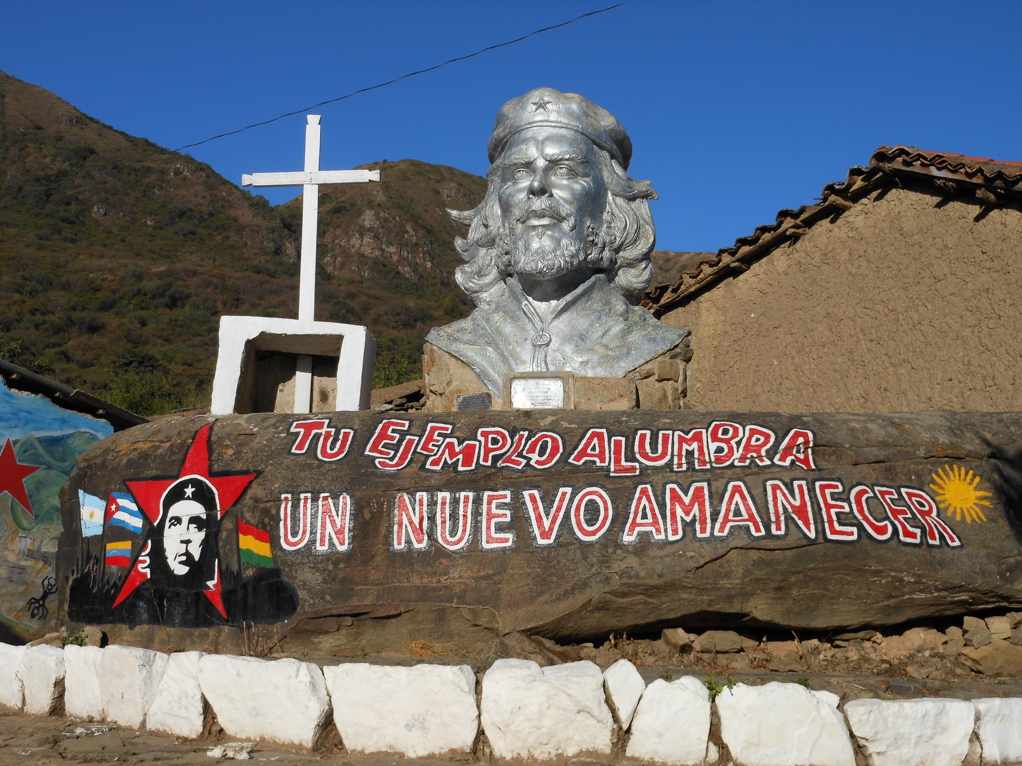 THE BUST OF CHE IN LA HIGUERA'S PLAZA.