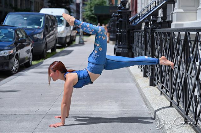 You can do yoga at any time of day and any place but one word of advice... don't do it under the sun on a NYC sidewalk! 🤪 You can't tell in this photo but the ground was super hot! Both of my hands and feet were on a dancing madness 😅. Wearing: @teekigram Photo credit: @modelfidelity #thethingsyoudoataphotoshoot #yogaonthestreet