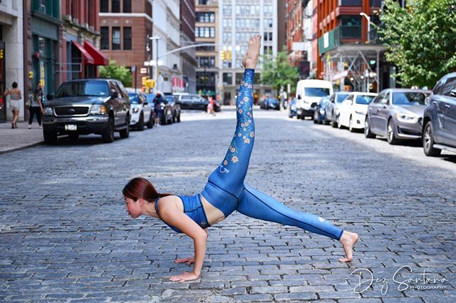 Do you like doing chaturangas in a yoga class? 😛Comment below!🤓 Here, I'm doing a three-legged chaturanga dandasana in flow motion aka yoga pushups 🤣 . Wearing: @teekigram Photo credit to: @modelfidelity . #yogavibes #nycyoga #igyoga #streetyoga #chaturanga #yogastrength #yogadaily #fityogi #teeki #yogainthecity #energy #fitspo #fitspiration #fourlimbedstaffpose #nycblogger #healthblogger #fitness #health #wellness