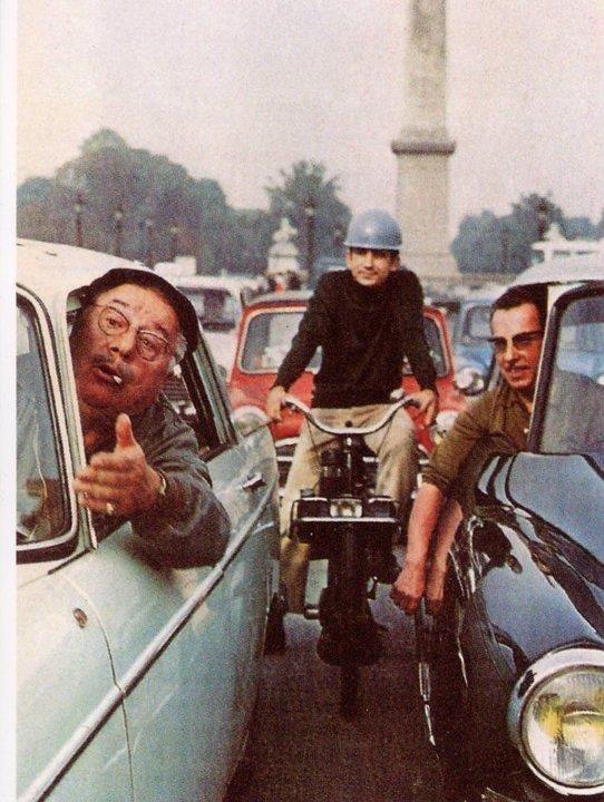 UNE HISTOIRE FRANÇAISE - Le Solex est à la France ce que la Vespa est à l'Italie. Véhicule populaire au sortir de la seconde guerre mondiale, le Solex permit a chaque Français d'accéder a un moyen de locomotion fiable et économique.La production en série démarre en 1946 à Courbevoie, dans la banlieue Parisienne. Son charme repose sur une typicité très avant-gardiste pour l'époque : son moteur n'est pas positionné sur le cadre ou sous la selle, mais sur la roue avant, un galet se chargeant d'entrainer la roue.Le petit moteur 2-temps de 49 cm3 de cylindrée propulse son passager à la vitesse fulgurante de 35 km/h pour une consommation frugale de 1L/100km.Le Solex 3800, modèle emblématique de la marque sorti en 1966, apporte une série d'innovation tel que utilisation du plastique pour le carénage du moteur et l'introduction de la couleur !Entre 1946 et 1988, plus de 7 millions de Solex seront produits.