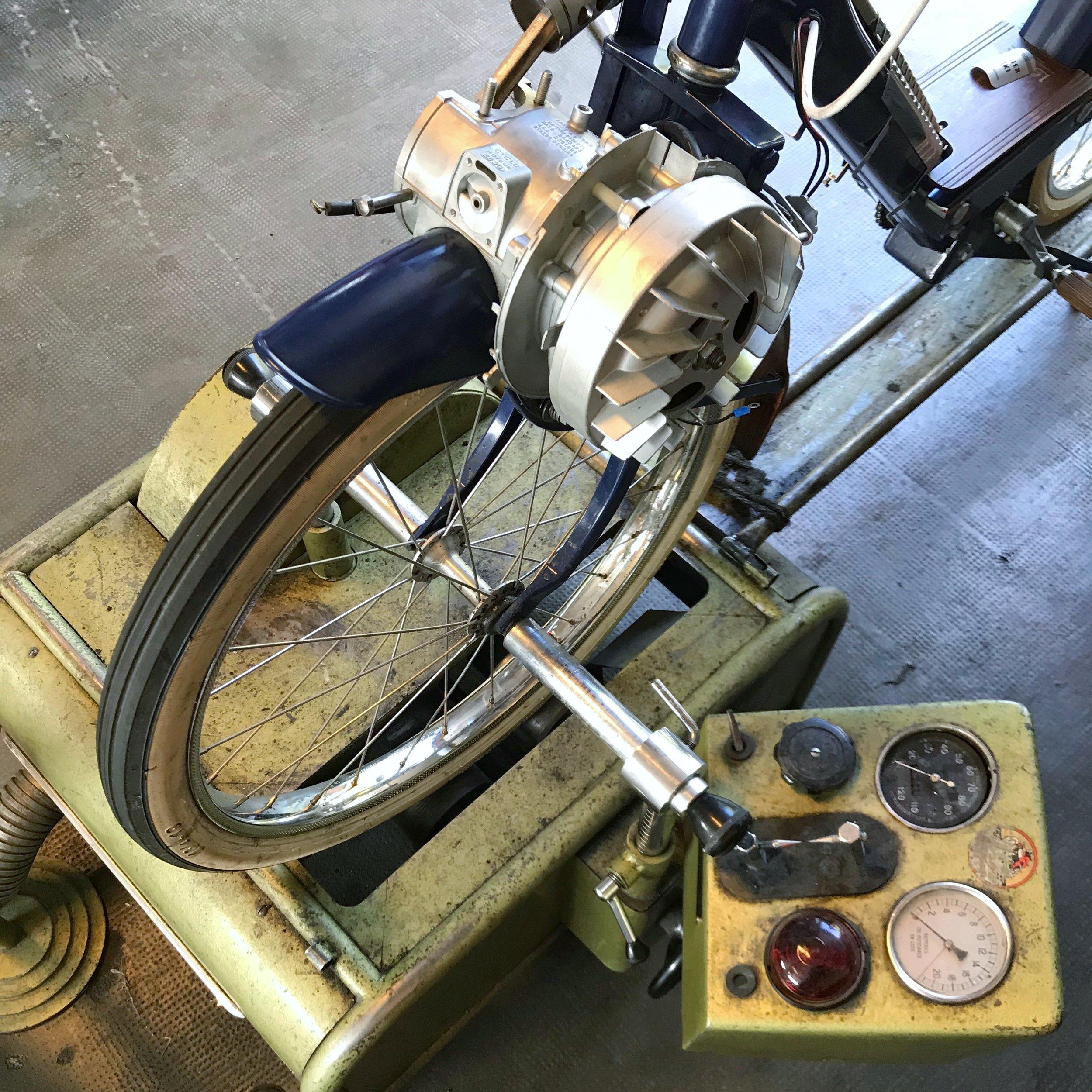 L'ATELIER - C'est dans notre atelier en Bourgogne que se déroule la phase de remastérisation, conduite par Baltazar, le chef d'atelier.Un solex d'origine est entièrement démonté, ses pièces traitées et sablées afin de procéder à la mise en peinture. Toutes les pièces d'usures ainsi que les chromes sont remplacés par des pièces neuves d'origines. Le moteur est démonté pour subir une révision complète.La dernière étape consiste à monter les éléments en bois et en cuir afin de d'offrir l'ultime éclat. Le Solex est livré comme neuf en moins de 8 semaines.