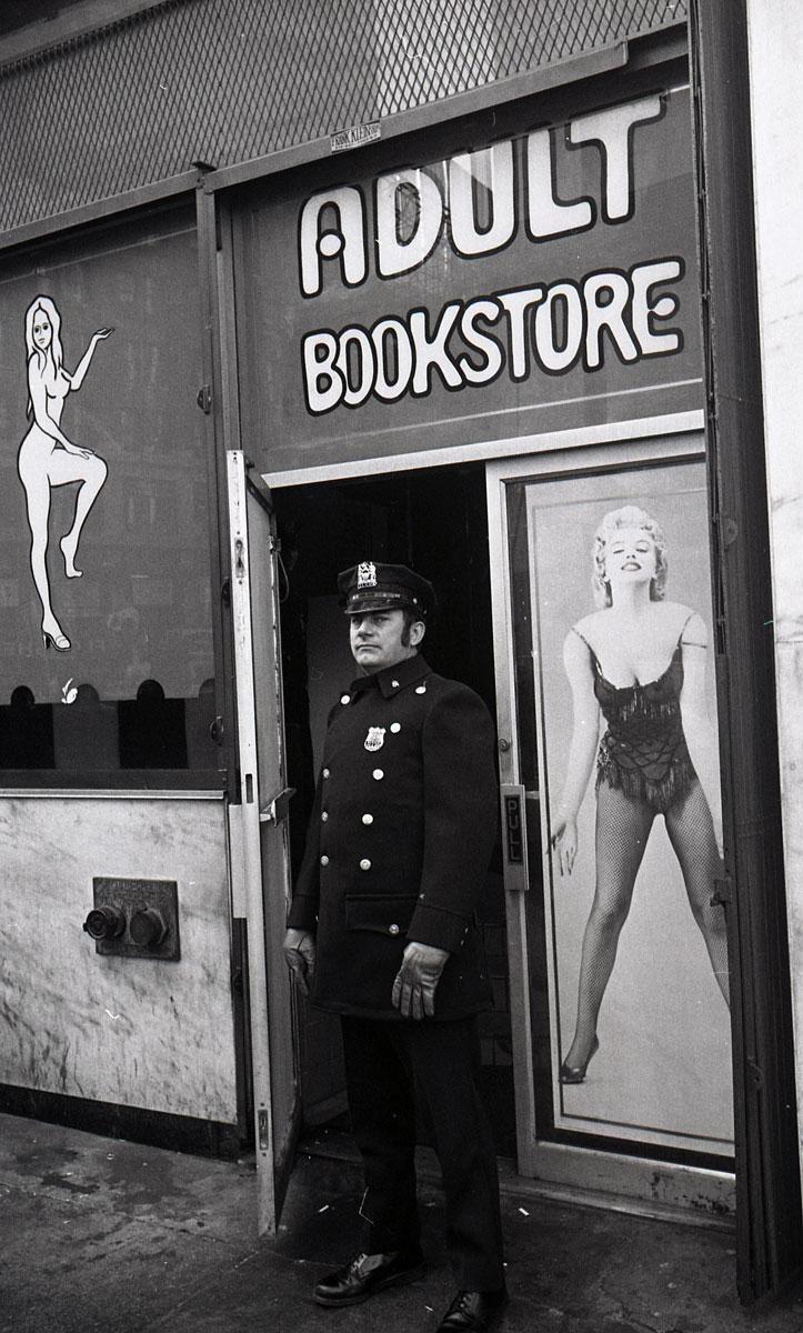 TimesSquare1976_Policeman_1200p_GODLIS.jpg