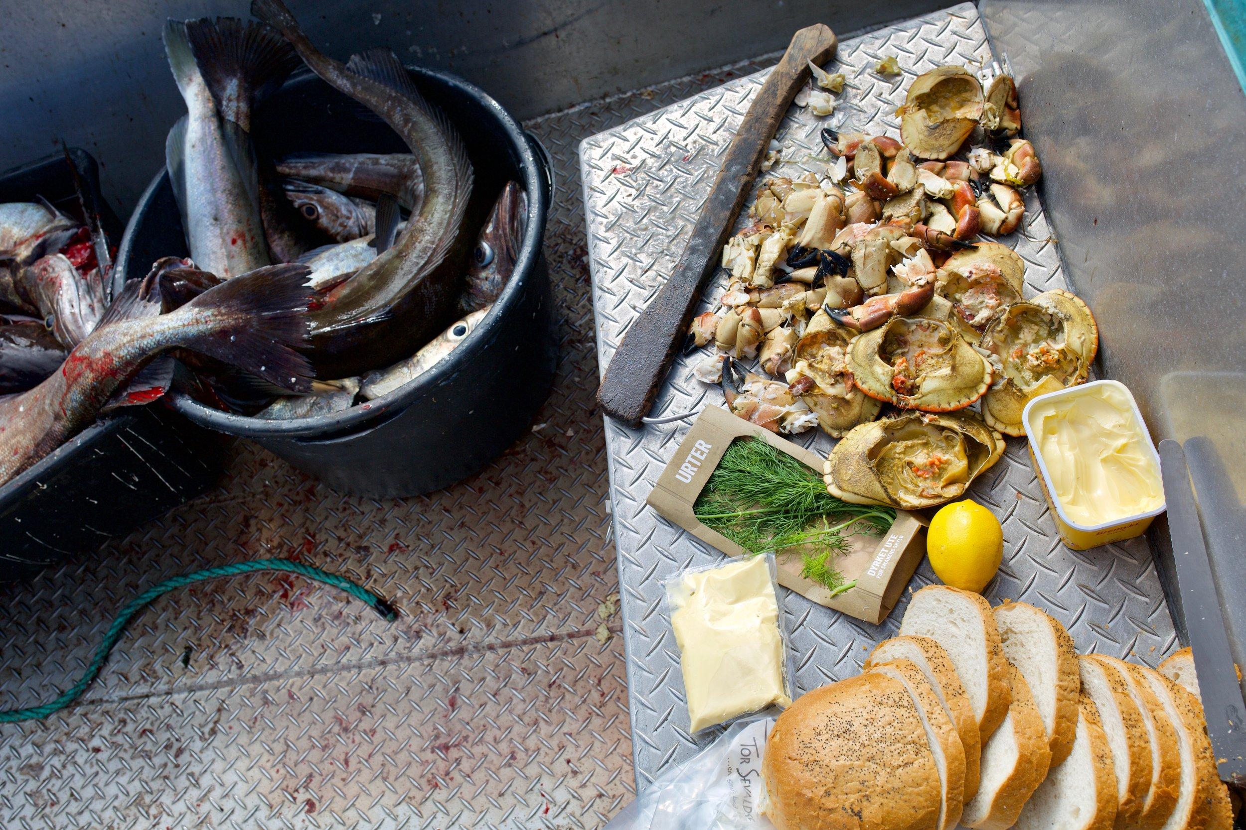 Krabbegiret - Dette er en hyllest til langsom folkelig griseri med krabbe, majones, loff, sitron og persille i hovedrollen, i en aluminiumsbåt på Edøyfjorden.
