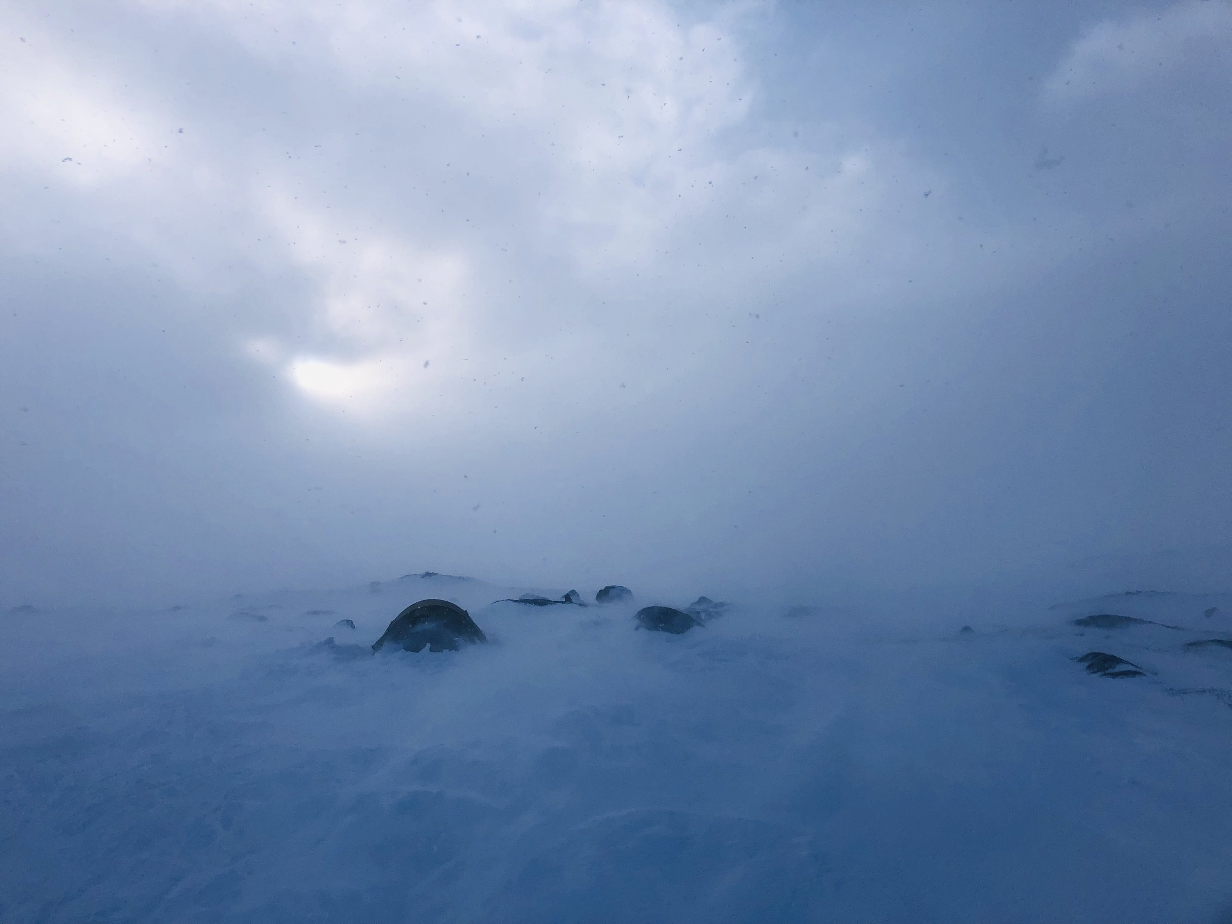 Fire dager på Hemmeligvann - Isfiske på Hardangervidda i stiv kuling er ingen spøk.