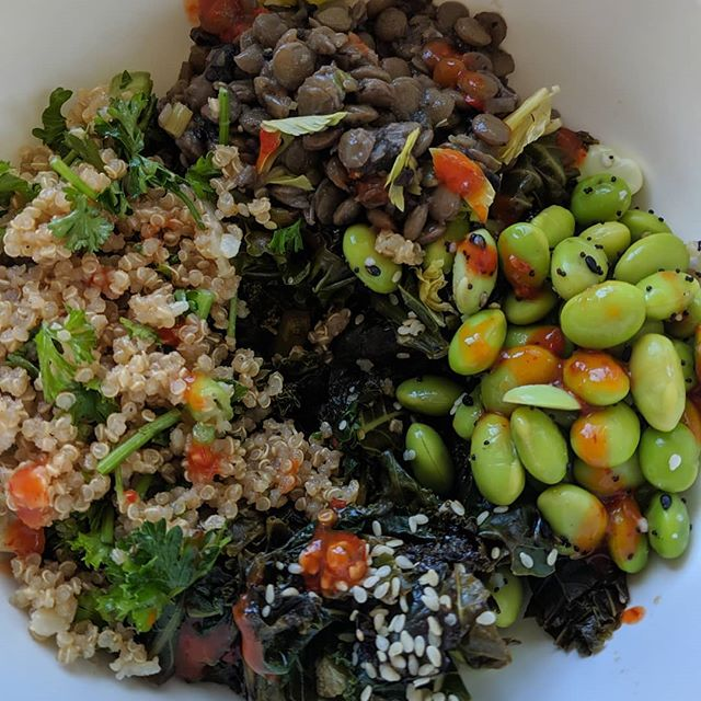 The ingredients for this homecooked lentil, kale, quinoa & edamame power bowl cost literal peanuts. What do you think this lunch would cost at a restaurant? #MealPrep