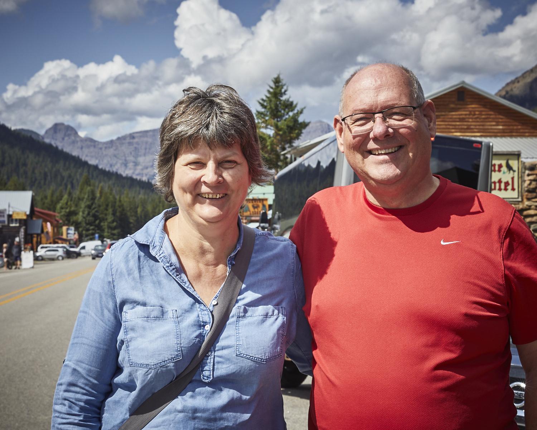 Monika & Reto - Cooke City, irgendwo im Nirgendwo!Wie war das nochmals, es gibt keine Zufälle ?… nach einigen wifi-freien Tagen sind wir aus dem Yellowstone National Park gefahren. Bei einem kurzen 'wow, what-a -cool-rig-Gespräch' haben wir das Wifi-Passwort eines Restaurants nebenan bekommen. Nicht gerade unsere 1. Wahl, aber wieso nicht gleich alles updaten? Fünf Minuten später standen wir lachend neben Reto und Monika. Reto arbeitet bei Helvetia Rapperswil. Ein unglaublicher Zufall!