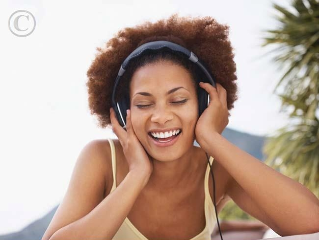 Black_woman_sings_and_listening_to_music_18jy0223rf.jpg