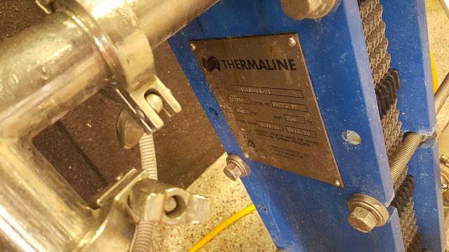 Las cervecerías profesionales usan intercambiadores de calor -por lo general de placas, como el de la imagen- para disminuir la temperatura del mosto amargo lo más rápido posible cuando finaliza el hervor.