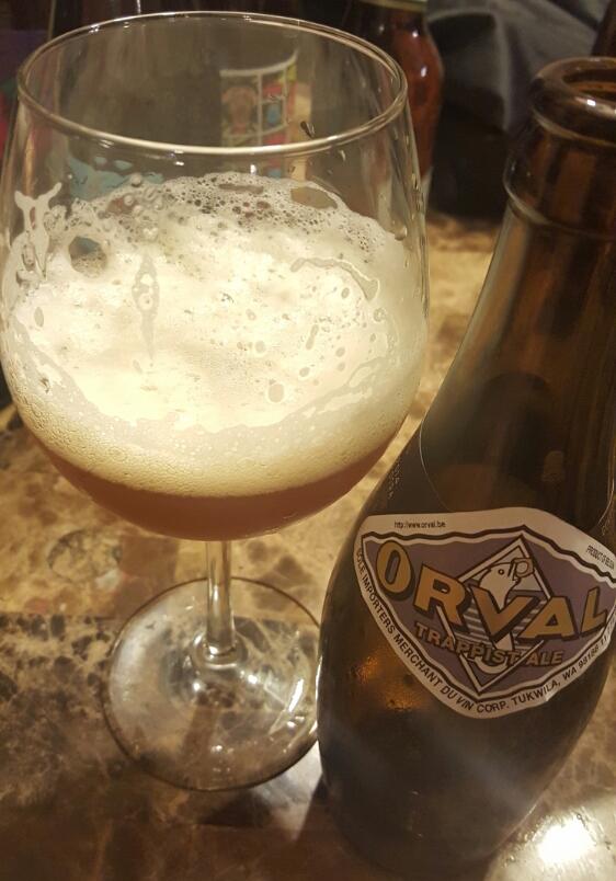 Figura 5 - Cerveza Orval servida en copa. Podemos ver el cremoso giste pegado en la copa.