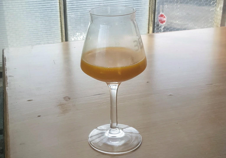 NEIPA - Seré sincero… no me acuerdo del nombre de esta cerveza. Lo que sí recuerdo es que era una NEIPA muy aromática. También me dio mucha risa que era totalmente opaca. Parecía —y tenía sabor— a néctar de mango y otras frutas tropicales. Eso sí, prácticamente nada de amargor.