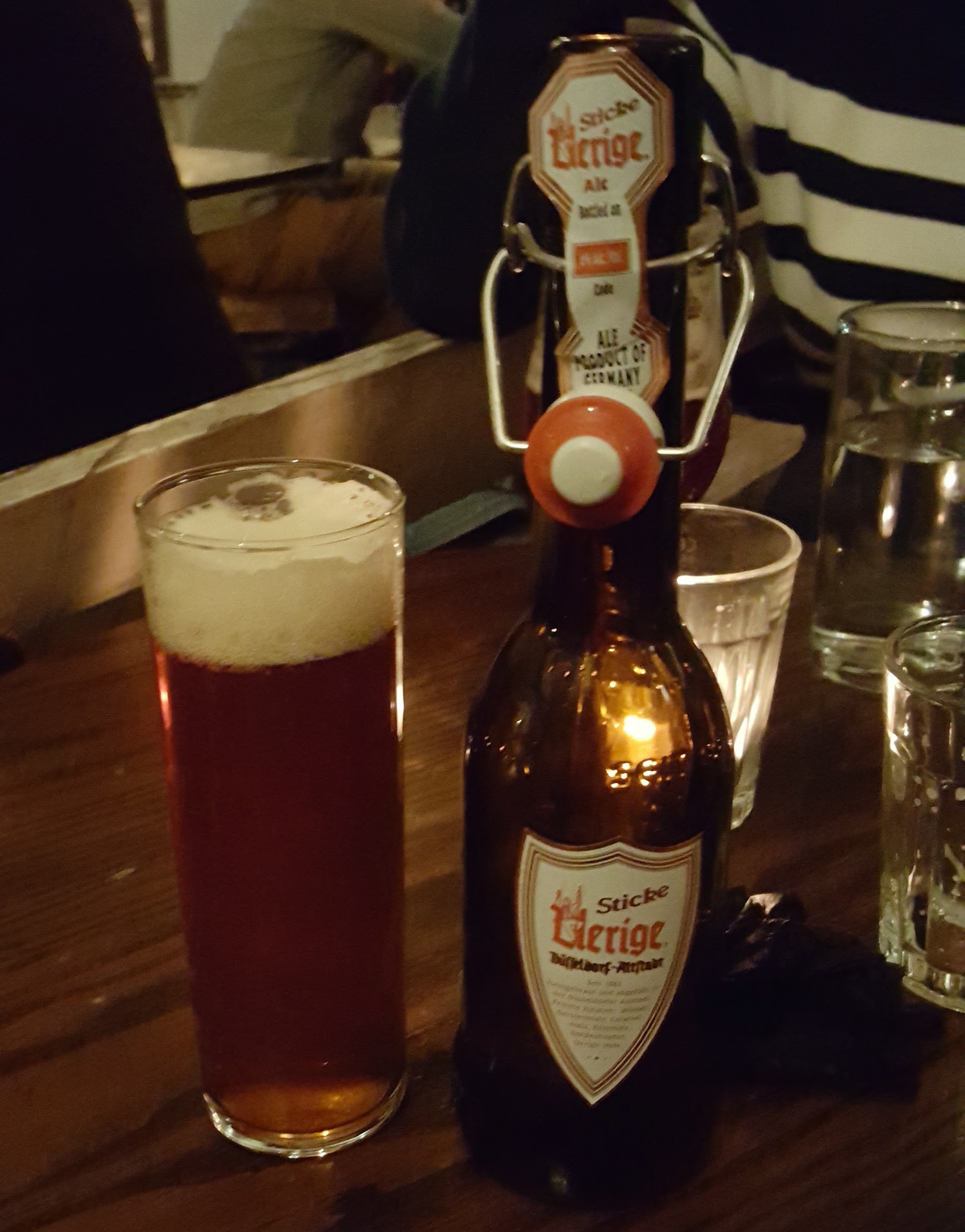 ALTBIERS - Las Altbier de Düsseldorf son cervezas que se caracterizan por su amargor. Esta versión Sticke de la famosa Altbier de Uerige (se pronuncia 'úrriga'), es más alcoholica y tiene un muy ligero toque a especias debido a que se hizo dry-hop con lúpulo Spalt.
