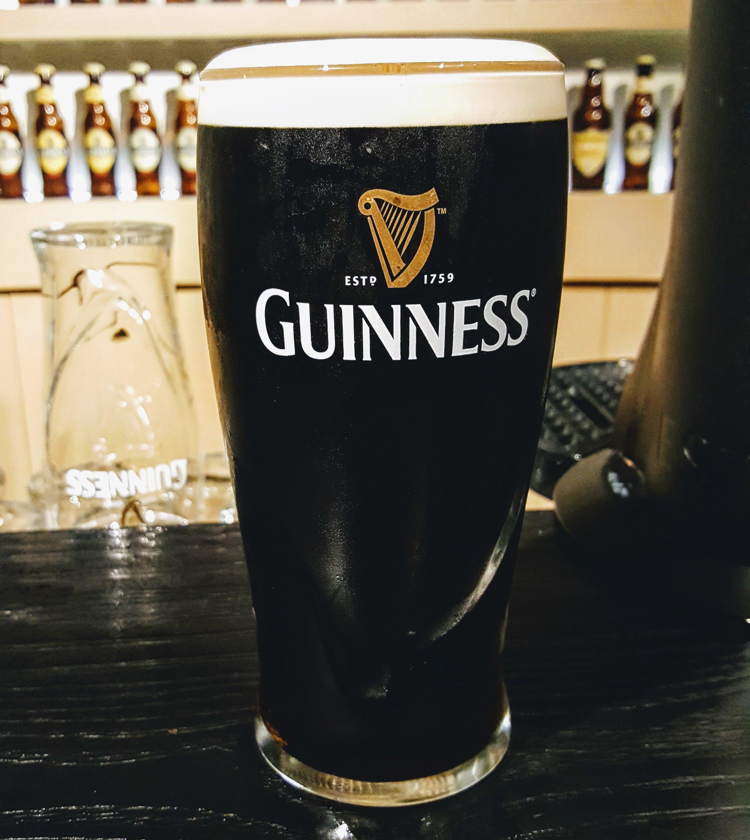 """Stout Irlandesa - Rica y deliciosa Guinness. Mi amigo Juan Sánchez me comenta que cada vez que alguien le pide en su bar una """"cerveza ligera"""", el siempre les ofrece una Guinness. No se equivoca. Es una cerveza de menos de 5% de alcohol. Quizá la percepción de que las cervezas oscuras son más fuertes, en realidad se debe a lo abrumador que pueden ser sus sabores (aún a 4.3% Alc. Vol.)."""