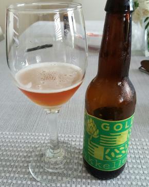 Doble IPA - Green Gold de Mikkeller es una cerveza que tiene amargor y aroma de lúpulo pronunciados.