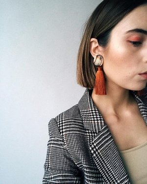 b6c9f94bb9bdaf Pairing statement earrings and patterns. Source: Pinterest
