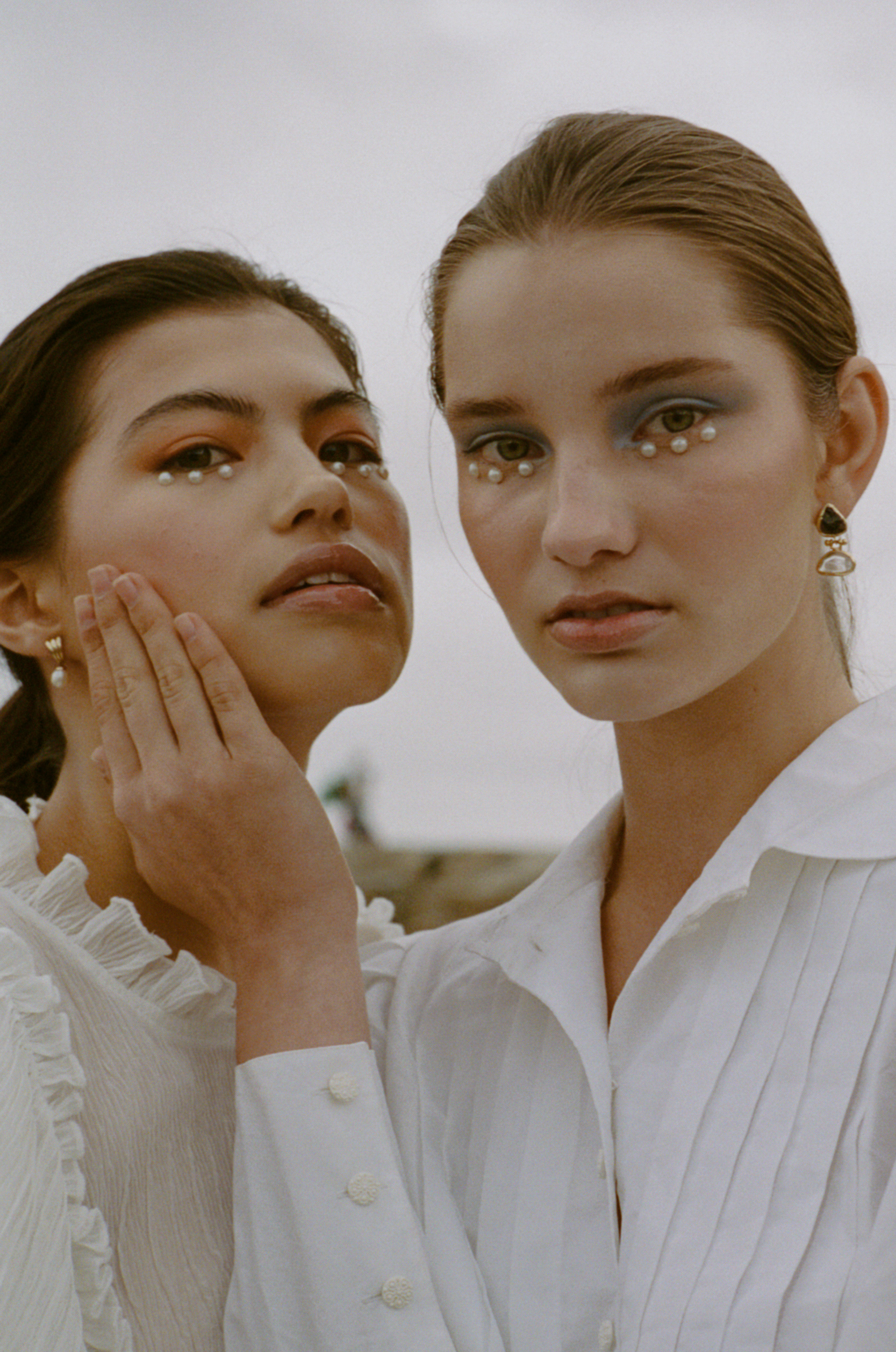 Moniqu Yi-tan Koschier (@myloh8) & Santa Konstantinova (@santa.kss), Make up by Ana Costa (@anacostamua)