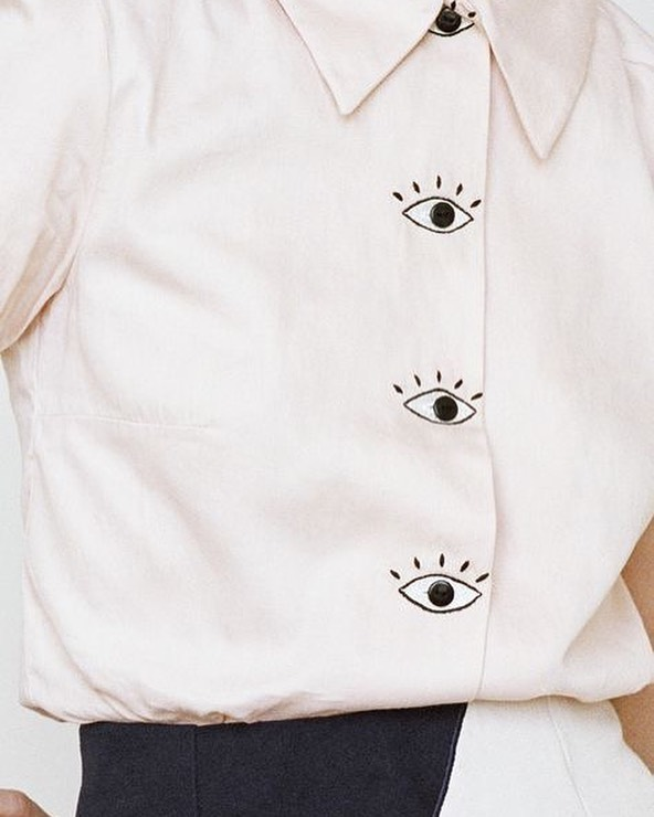 👀 Goal : Buy this shirt, meet with some friends and say to them « I'll be watching you » - ok bad joke.. but the shirt is cute though. . . . . #fashioninspo #fashionmagazines #fashiontrends #fashionblog #wishlist #fashionwishlist #whiteshirtideas #fashionideas #fashioninspirations #fashionpinterest #fashionmoodboard