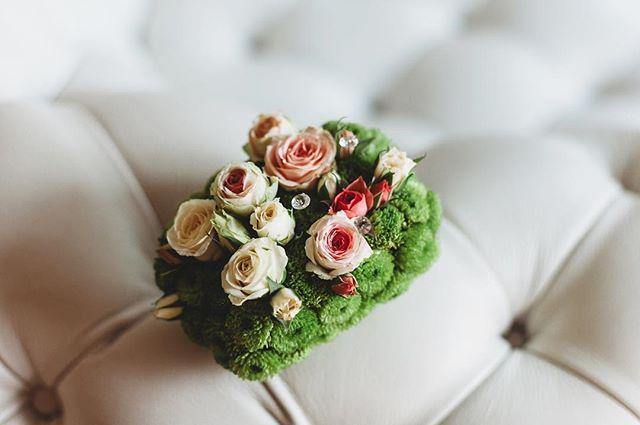 Beautiful wedding rings holder 🕊 . . #weddingphotography #weddinginspo #bride #weddingphotography #yorkshirewedding #yorkshirephotographer
