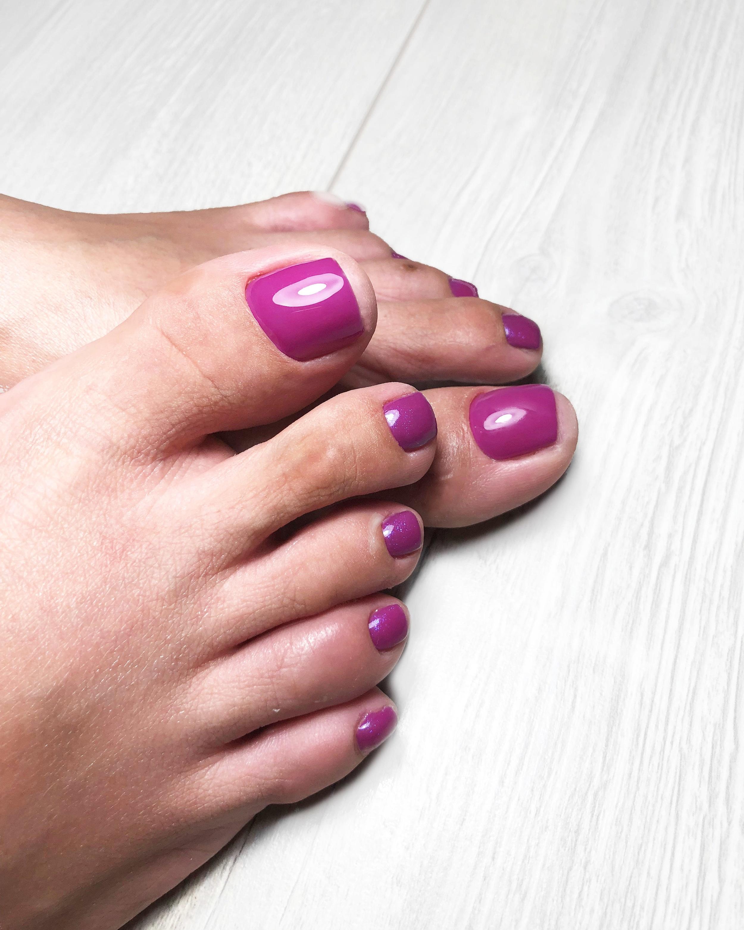 Pediküre - Müde Füße werden bei uns schnell wieder munter. Schmerzhafte, rissige Haut wird wieder weich und zart, die Nägel perfekt geformt und lackiert.