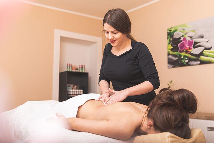 Massagen - Ob sportliche Rückenmassage, belebende Fußreflexzonenmassage oder wohltuende Ayurveda-Ganzkörpermassage. Bei uns leben müde Gelenke auf, verspannte Muskeln werden gelockert, der Rücken wird gestärkt.