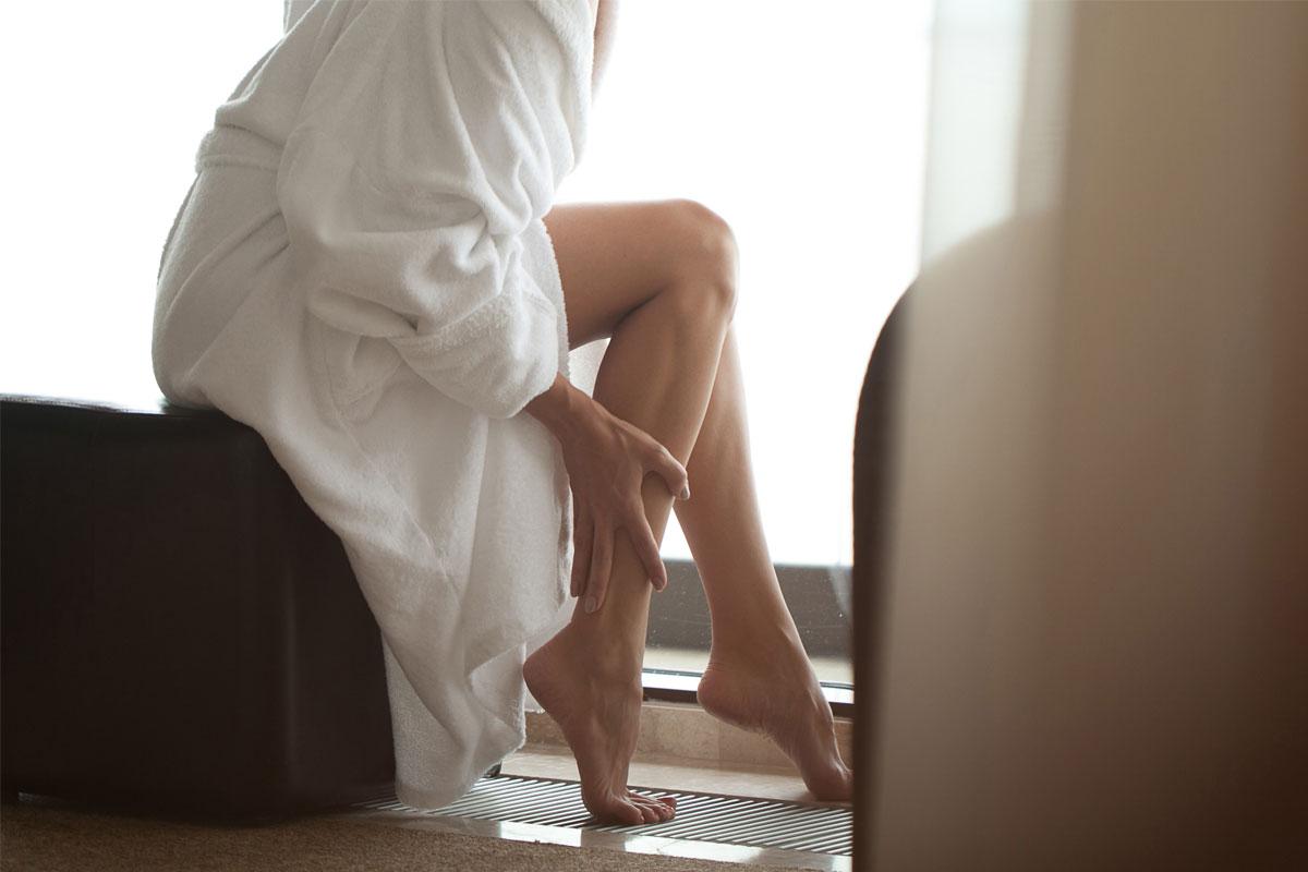 Sugaring - Seidenglatte Haut durch schonende Haarentfernung am ganzen Körper. Sugaring ist auch für empfindliche Haus und Allergiker geeignet und verursacht keine Hautreizungen. Bei Frauen und Männern beliebt.