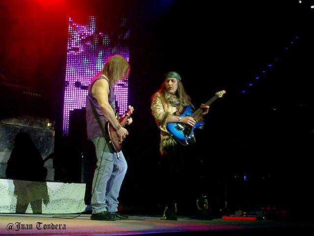 "Uli guesting & DEEP PURPLE in Berlin, Max Schmeling Halle, 6. Feb. 2006.  Uli plays the Steve Morse signature guitar on ""Black Night"""