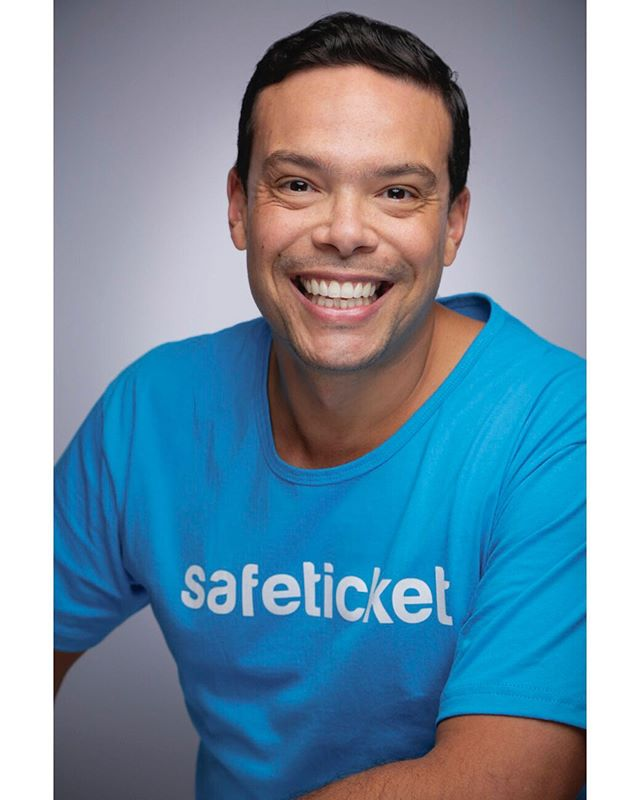 """What's one thing you LOVE about your job?""""I love being able to help people around the world to have fun at great events!""""🎟️ -@fredsantoro @safeticket @techdayhq ....#goodjobsgp #happyatwork #itslikepicturedayforadults #smileifyouloveyourjob #techdaynyc #techdaynewyork #techday2019 #portraits #makeportraits #portraitphotography #companypictureday #startup #javitscenter #nyc#safeticket #ticketing #events#eventos#festas#party#brazil #brasilia #shows"""