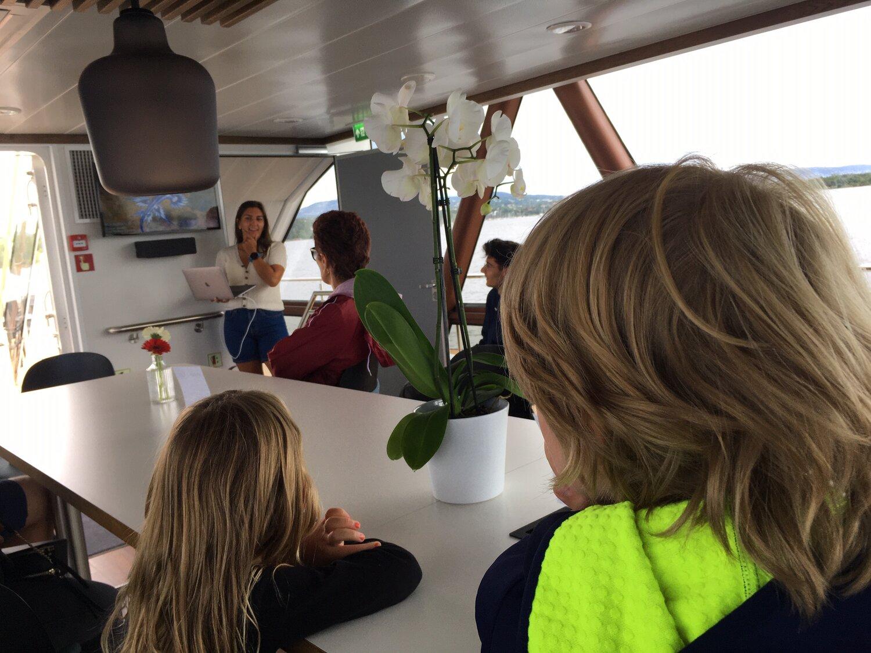 En engasjert marinbiolog forteller om havet og livet i Oslofjorden ombord i Brim Explorer.