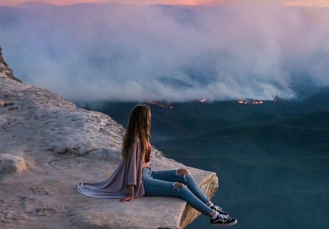Travel influencer in front of bushfires in Australia. Oh, the irony. (foto Leio McLaren)