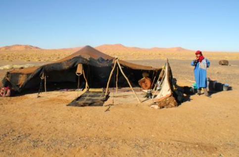 Analoge nomader. Vinteren 2001 tok jeg medievitenskap og leste hva Gudmund Hernes mente om den medieskapte virkeligheten på en liten rundtur i Sahara og Atlasfjellene med leid Fiat Uno og medbrakt telt. Lite visste vi at alle de lokale nomadene som kom og gikk var selve arbetslivet.