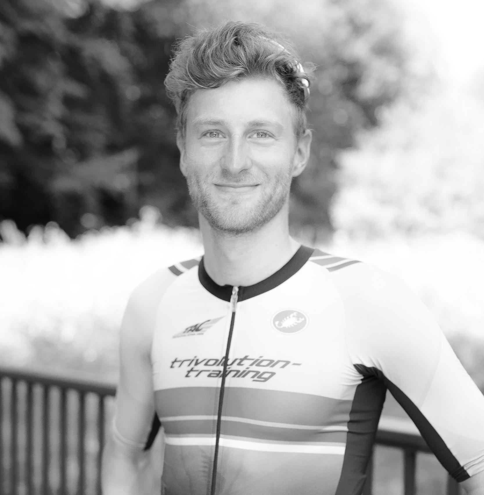 Gregor Buchholz || Main Host - Gregor ist der initiator des bewegungsARTen Podcast und der kurzdistanzspezialist im Team. nach seinem u23 weltmeistertitel 2007 erfolgte die aufnahme in den deutschen nationalkader, dem er fast 10 jahre bis 2016 angehörte.während seiner zeit auf der olympischen distanz gelangen ihm einige erfolge, wobei der 3. platz im WTS Stockholm 2014 heraussticht. Gregor ist damit der 4. deutsche überhaupt, dem es gelang ein podium in der world triathlon series zu erreichen.nach dem ende seiner professionellen triathlon karriere absolvierte er 2018 sein debüt auf der Langdistanz beim ironman tallinn in 8:13 Stunden.