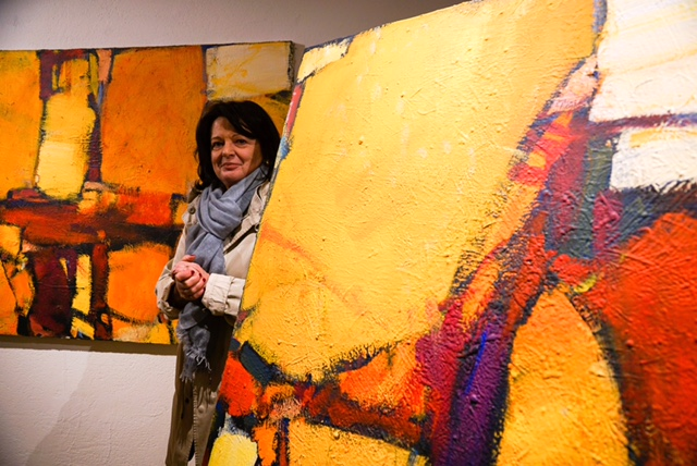 Silvia Stulz-Zindel with paintings form Jaques Guidon