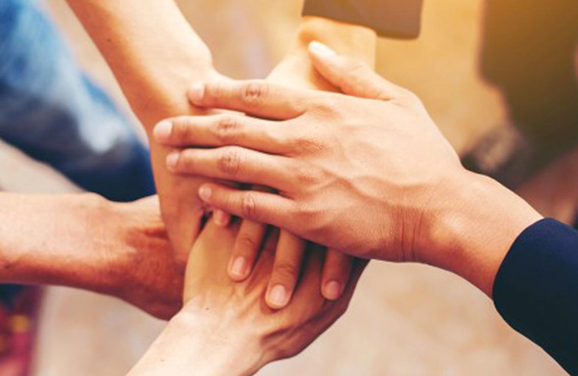 manos-haciendo-equipo_1150-99.jpg