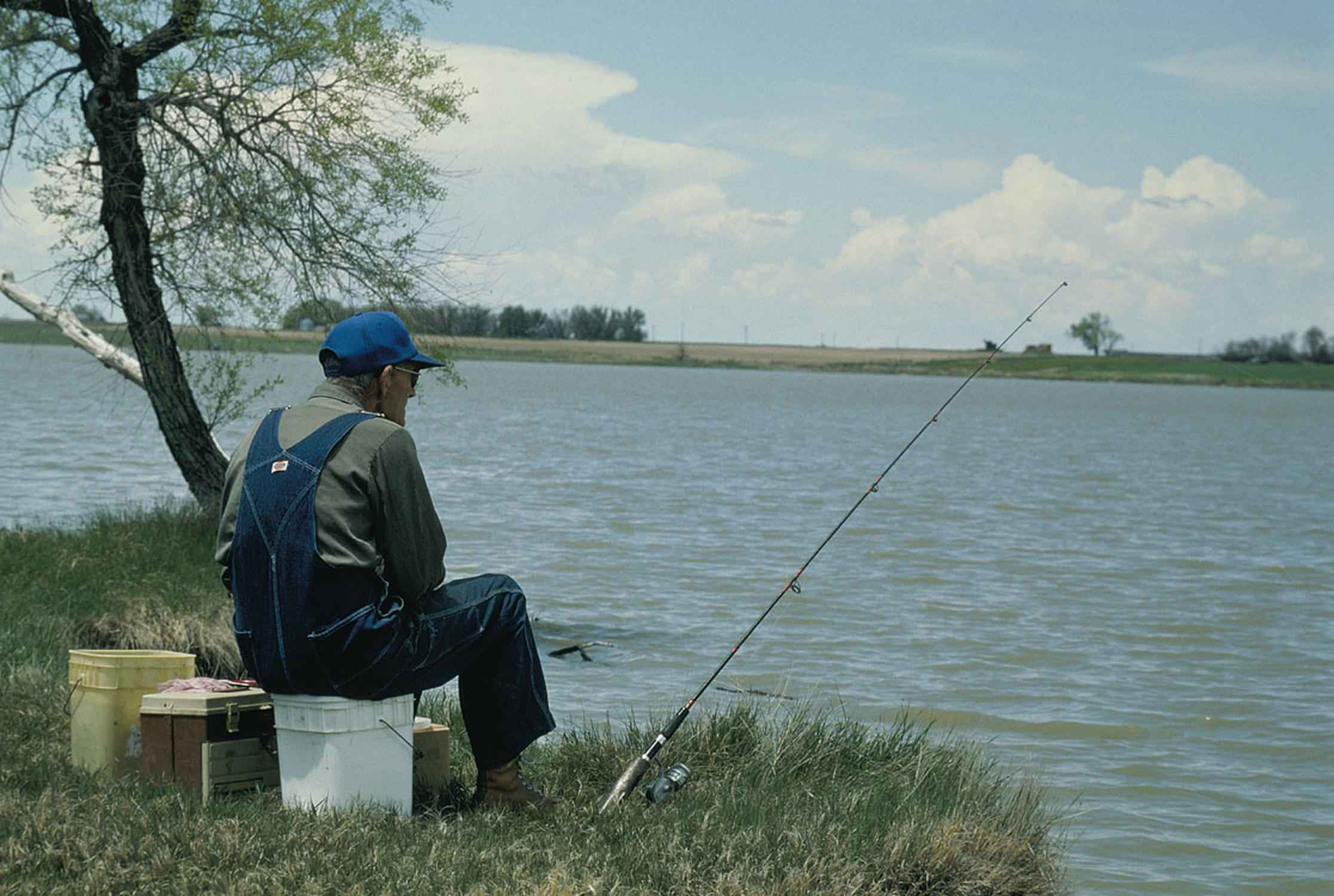 Old_man_fishing.jpg