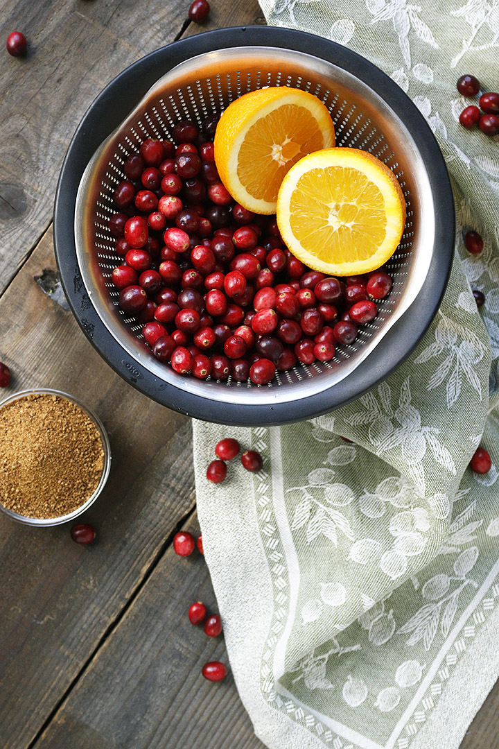 An easy, homemade recipe for cranberry relish made with just three ingredients! A healthier version made with fresh cranberries, orange and coconut sugar to go with turkey, chicken, pork mains and more (yogurts, pancakes, muffins...)!